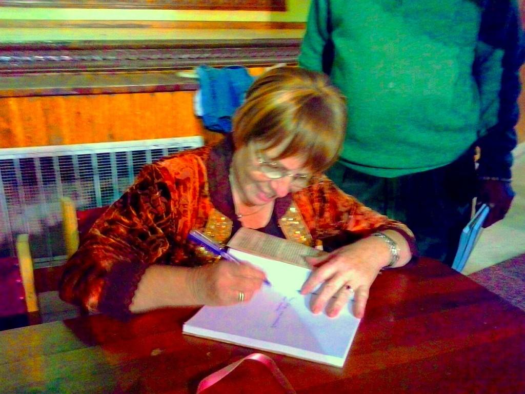 firmando en Quintanar